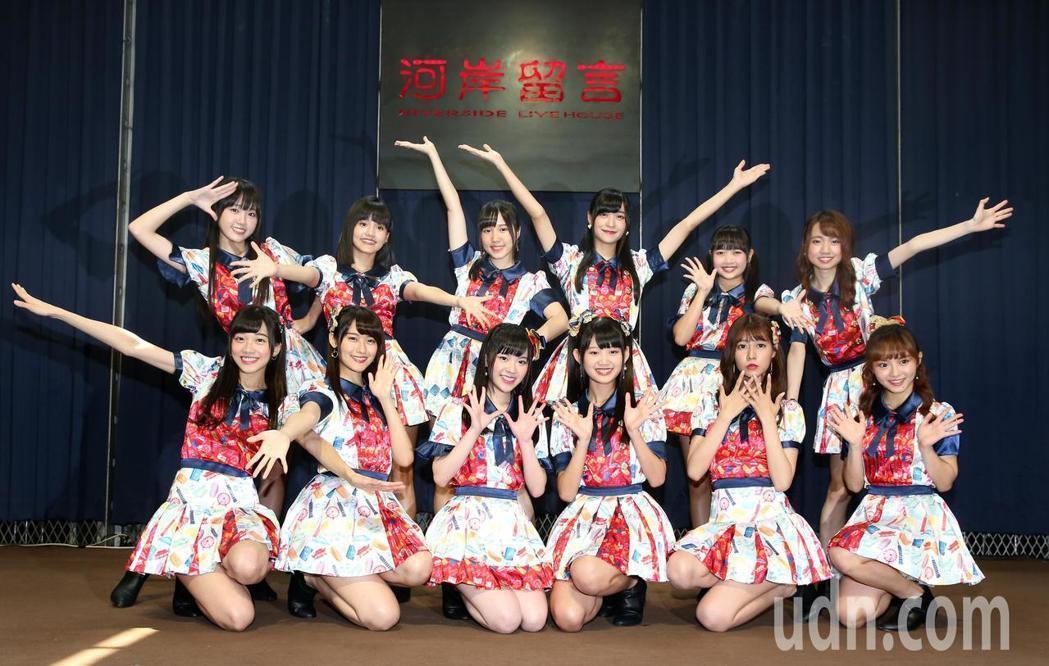 「AKB48 Team TP」成員李佳俐(後排左起)、柏靈、劉曉晴、劉潔明、張羽