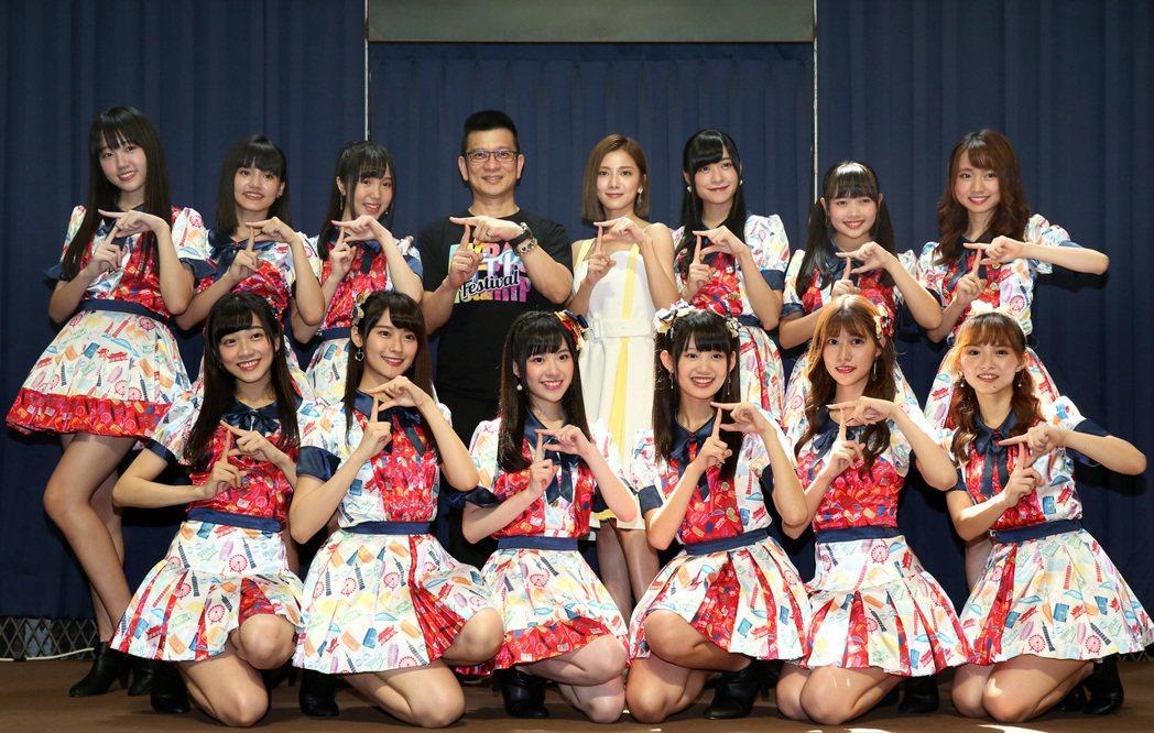 陳子鴻(後排左四)、豆花妹(後排左五)祝福AKB48 Team TP發片大賣。記...