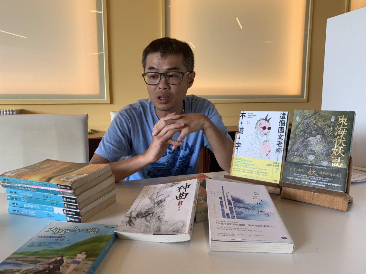 游騰崴至今已經出版40多本著作,都是暢銷書。圖/桃園市至善高中提供