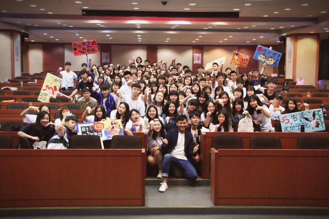 陳宇風(中)到世新大學演講  圖/星之國際提供