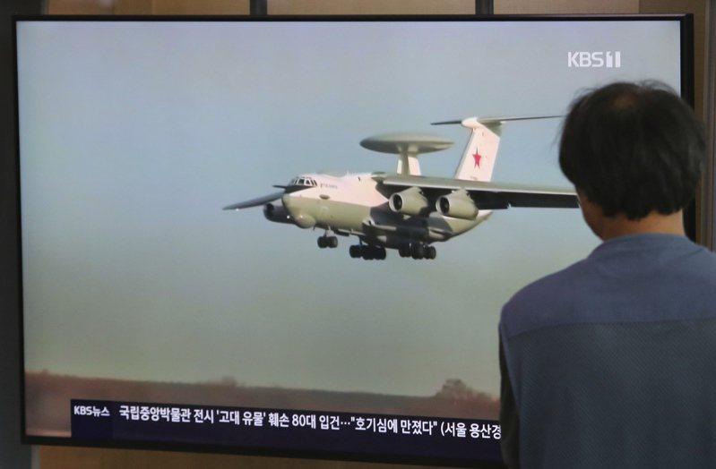 一名南韓民眾在首爾火車站觀看俄國軍機事件的電視報導。(美聯社)