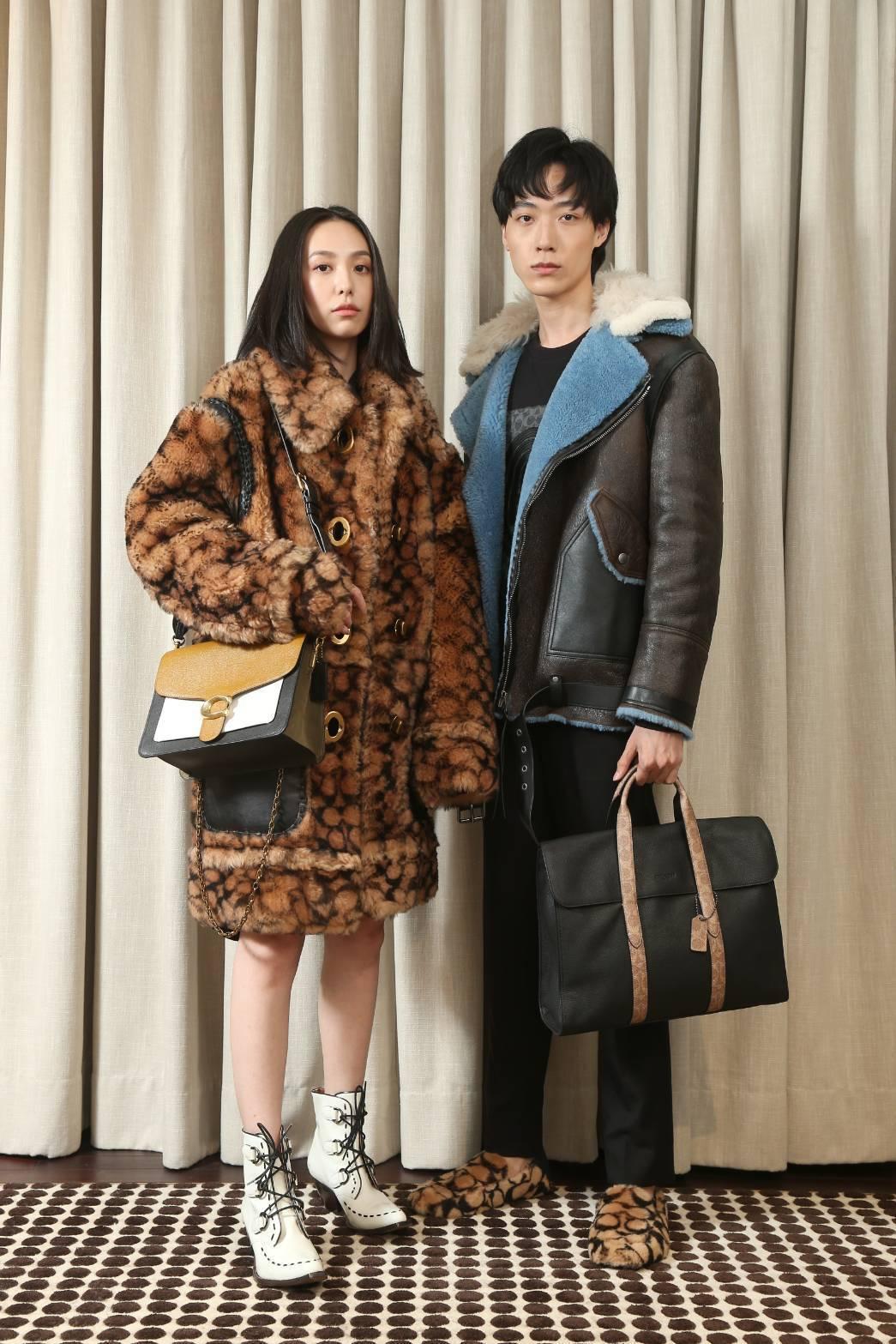模特兒示範當季主打包款(左)肩背Tabby手袋21,800元、(右)Metrop...