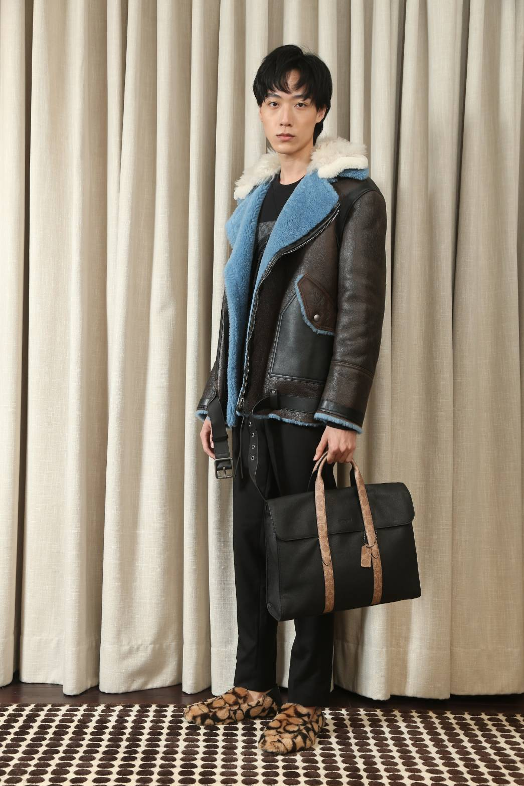 模特兒示範當季Metropolitan手提包21,800元。記者陳立凱/攝影