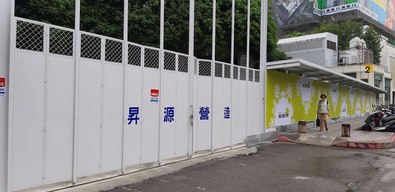 位於新店主要幹道北新路段的加油站近日悄悄拆除,對此,台灣中油表示,加油站改建中,...
