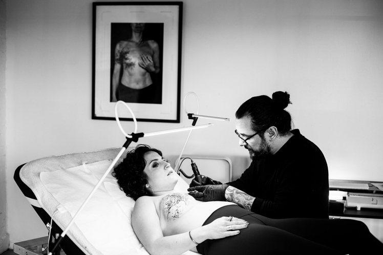 乳癌鬥士Grace Lombardo與刺青藝術家David Allen。圖/歐娜...