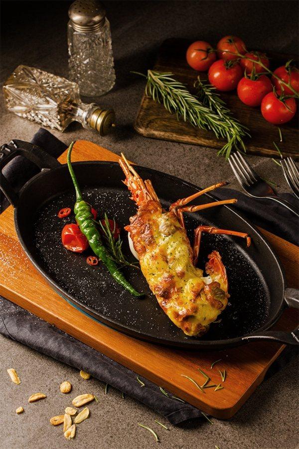王品集團推出七夕情人節優惠,西堤牛排8月1日到8月11日推出點購2客以上套餐,享有388元加購焗烤龍蝦與香檳。圖/王品集團提供