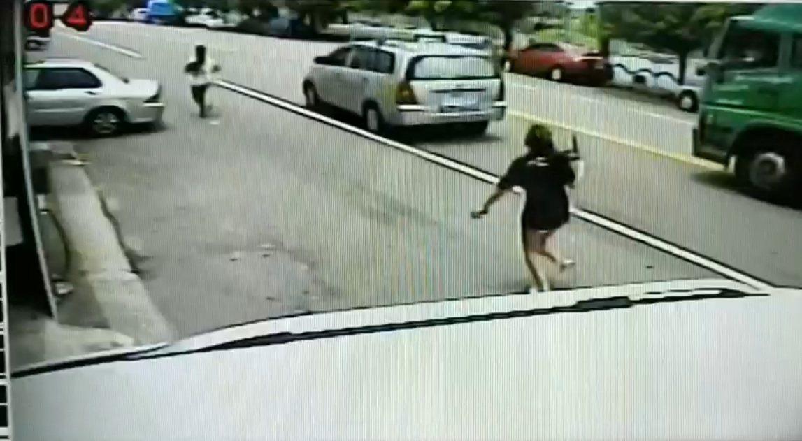 台中市梧棲區今天中午發生女兒砍傷母親事件。記者余采瀅/翻攝