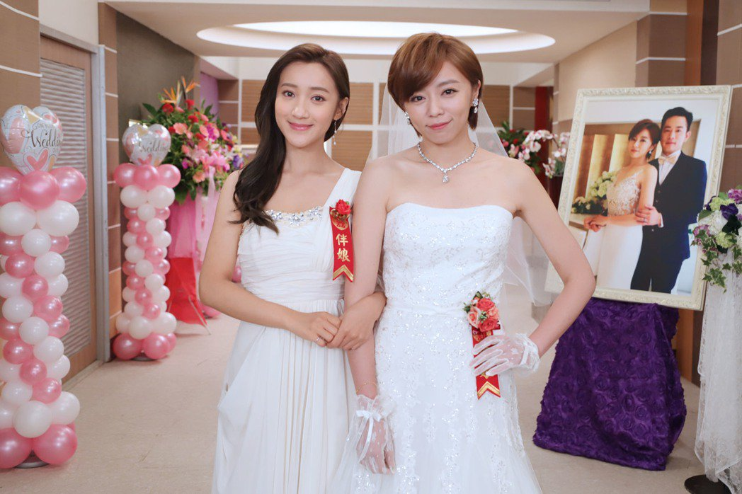 王瞳(右)在「大時代」中披婚紗  圖/民視提供