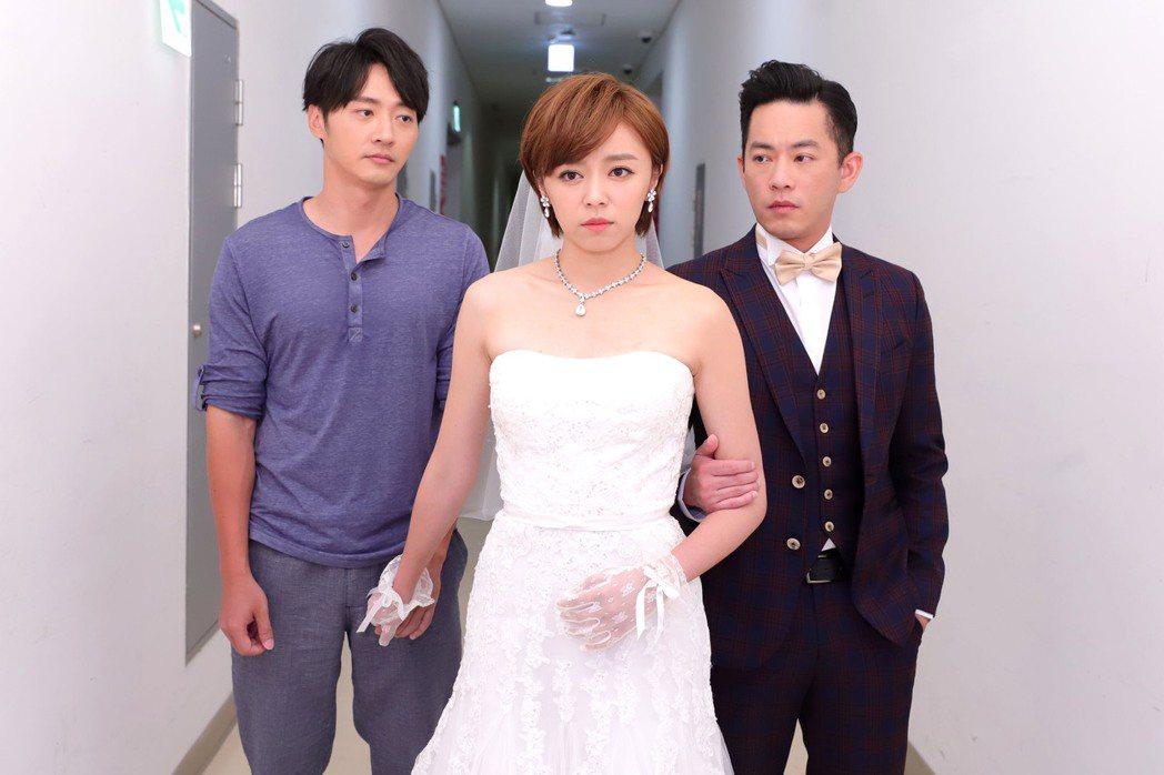 王瞳(中)在「大時代」中披婚紗和馬俊麟(左)無緣,改嫁韓宜邦  圖/民視提供