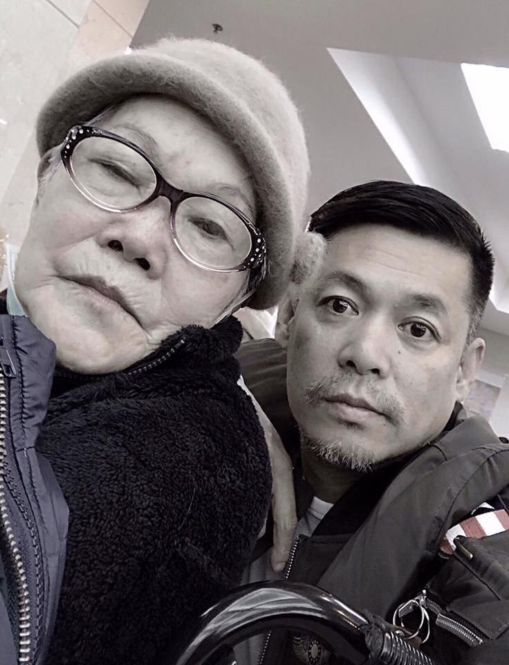 汪建民(右)的母親已失智兩年了,狀況時好時壞。圖/汪建民提供