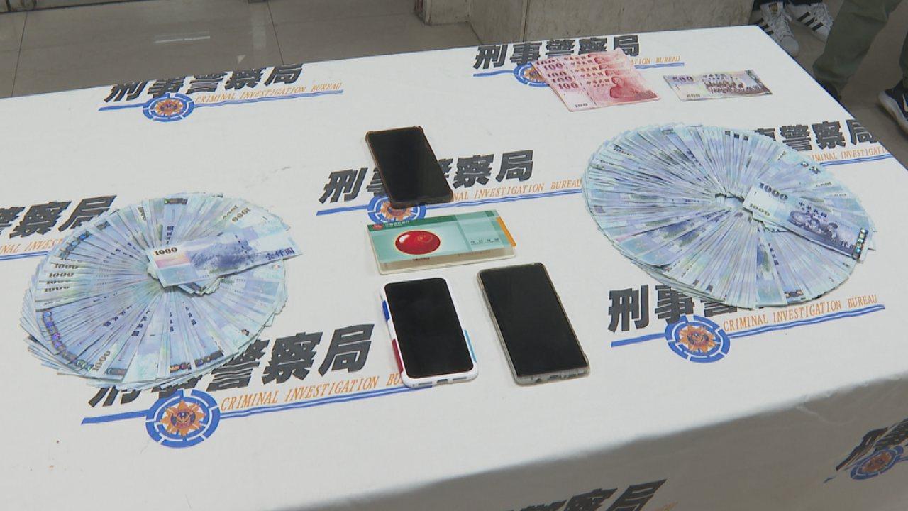 警方拘提嫌犯,在現場搜索出大量現金及證物。記者謝育炘/攝影