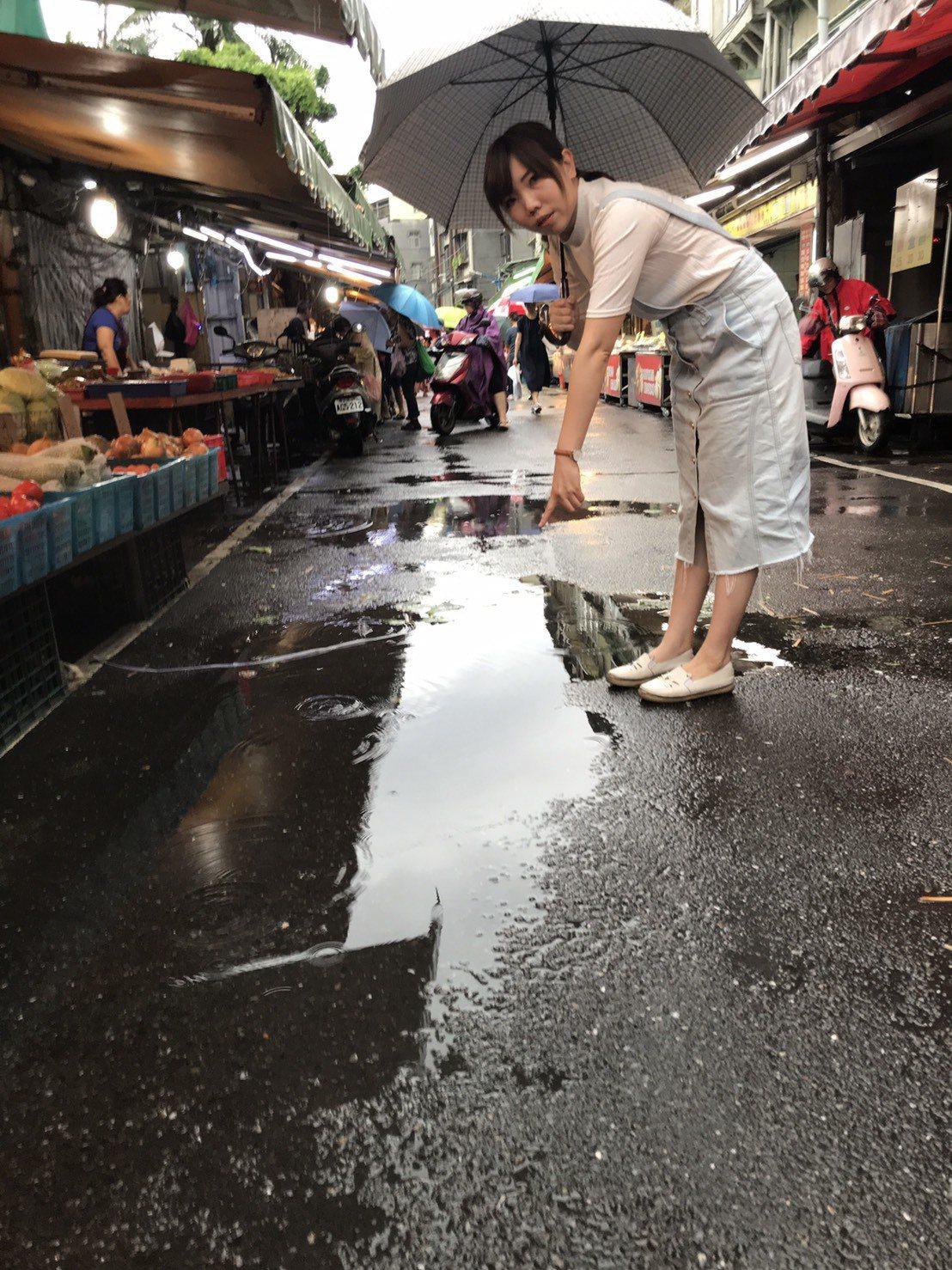新北市近日午後雷雨不斷,中和區大勇街黃昏市場在昨天大雨後積水未退,新北市議員張維...