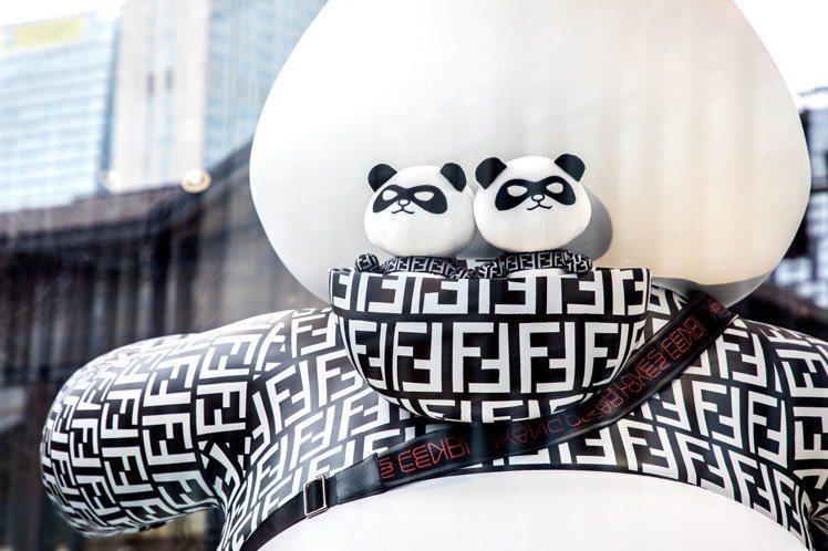 大型熊貓裝置藝術品「芬弟弟」的帽兜裡還有兩隻小型芬弟弟。圖/FENDI提供