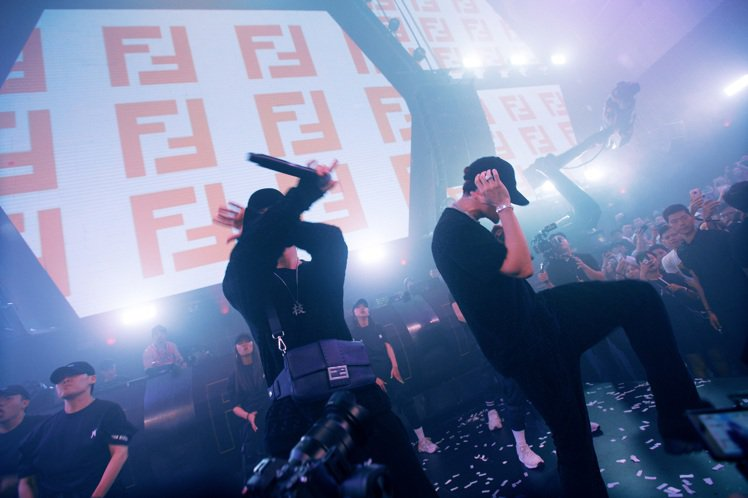 FENDI x Jackson Wang派對中ICE與王嘉爾合唱。圖/FENDI...