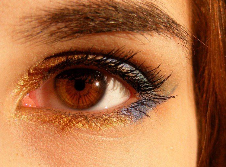 亂添加亮粉的眼妝,讓妝容及穿著搭配,變得更複雜。圖/摘自pexels