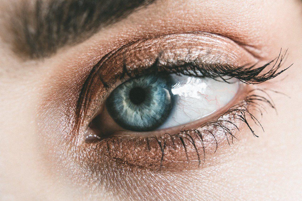 眼影只要用個打底色彩,再用兩個顏色做出漸層,即使簡單的穿著,也能凸顯氣質。圖/摘...