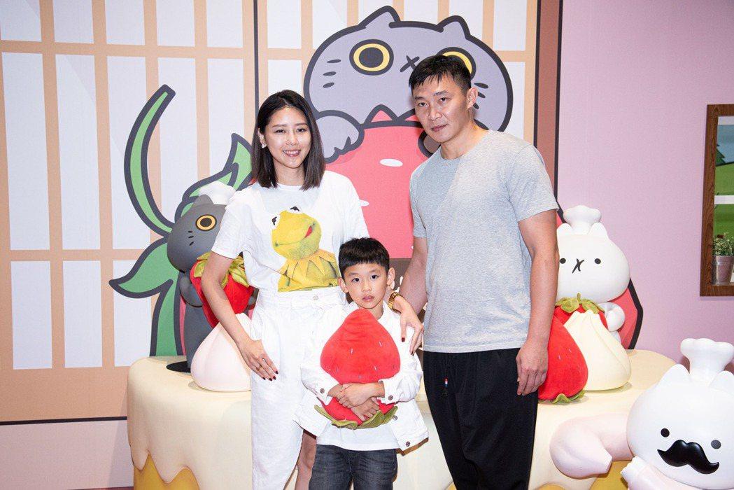 嚴立婷今和老公張智峰帶兒子出席「反應過激的貓」特展。圖/寬宏藝術提供