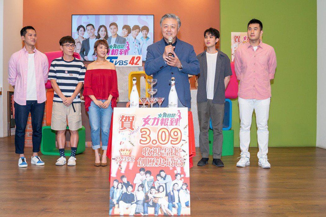 TVBS副董事長陳剛信(中)為「女力報到」慶功。圖/TVBS提供