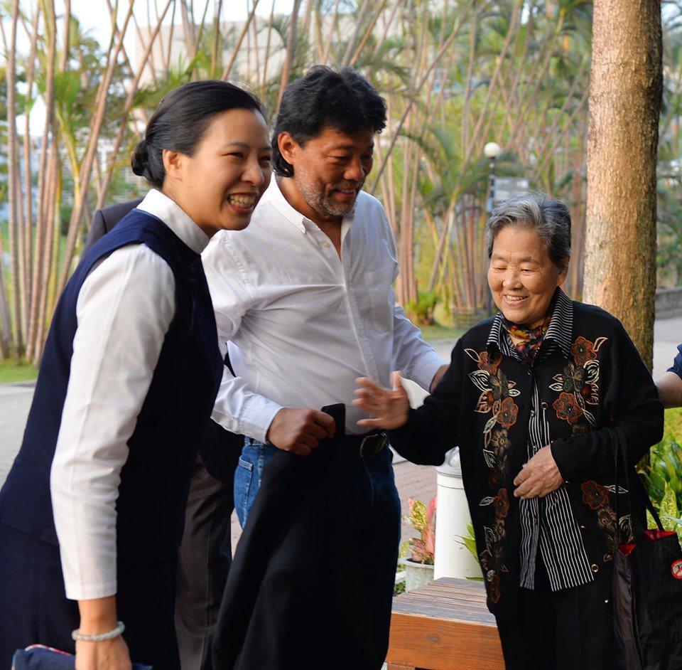 電影攝影師李屏賓(左)和母親王永珠女士。圖/取自蔡青兒臉書
