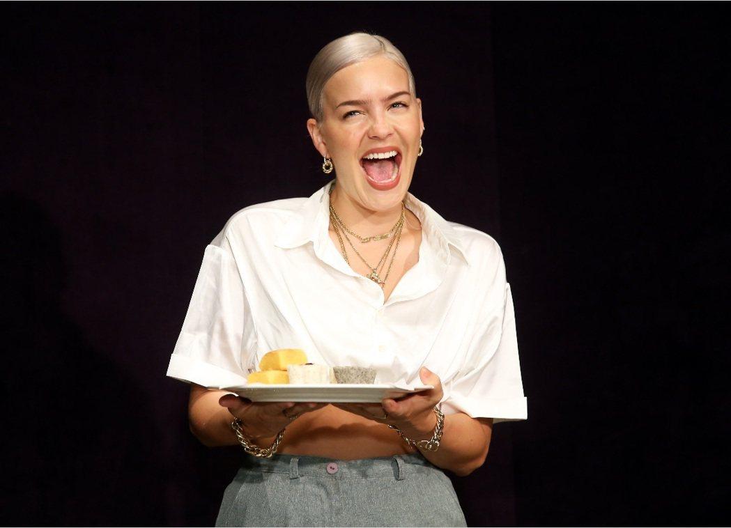 安瑪莉見到整盤的台灣美食,露出開心笑容。記者徐兆玄/攝影
