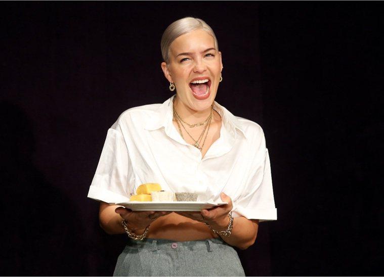英國歌手安瑪莉看見台灣美食開心大笑。記者徐兆玄/攝影