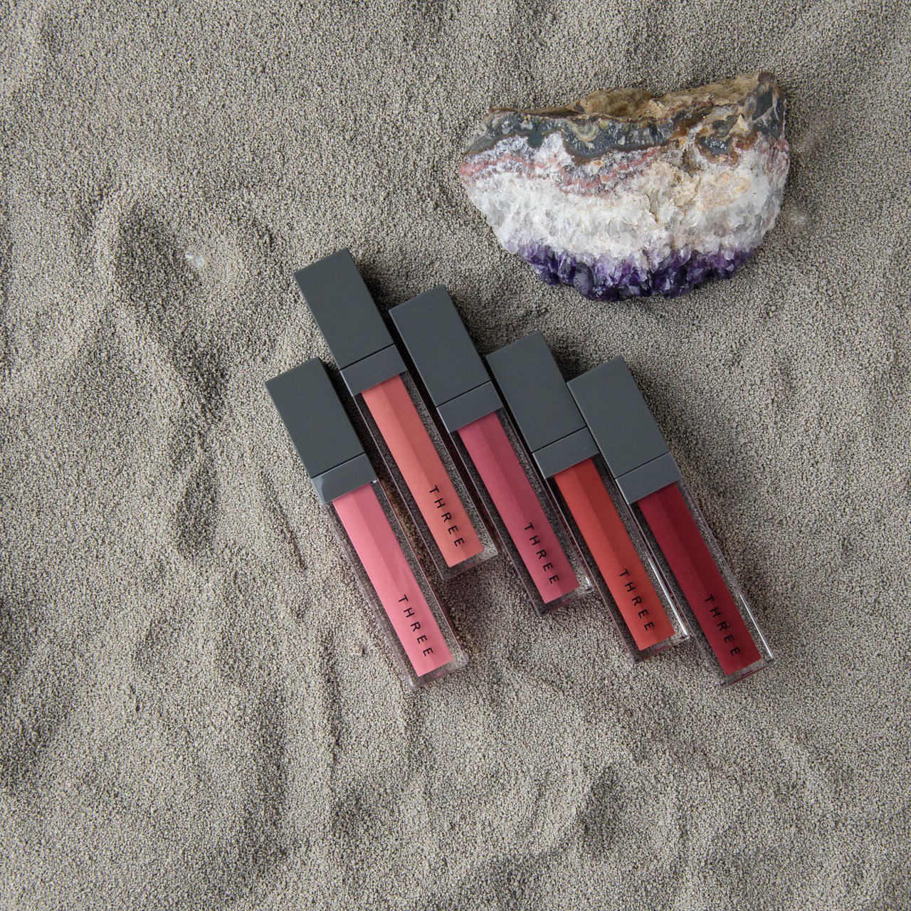 THREE 詩情霧光唇漾、新5色、售價1,250元。圖/THREE提供