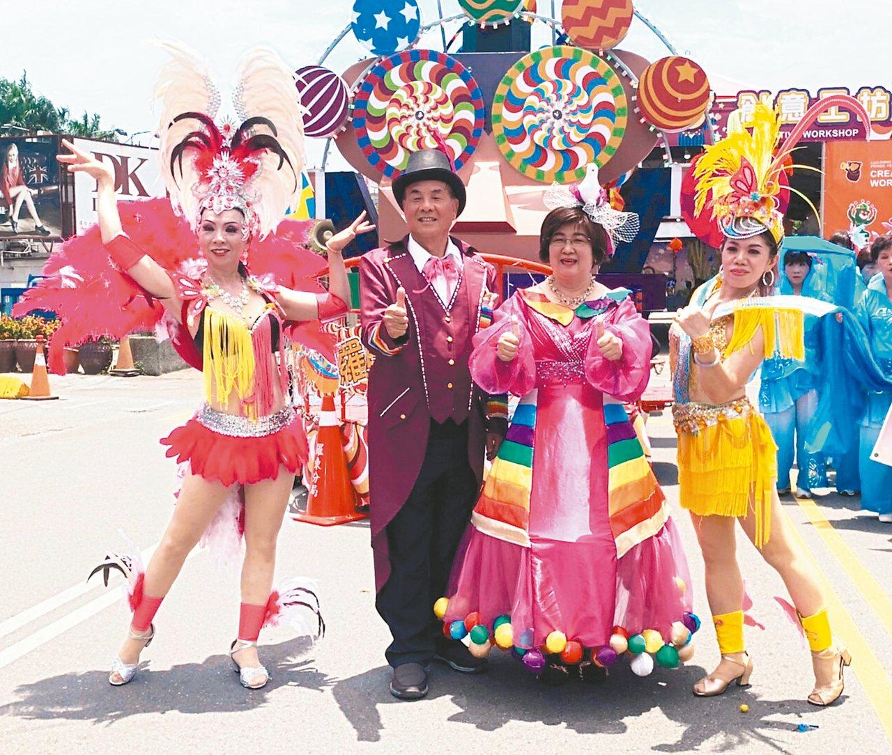 羅東鎮長吳秋齡化身「魔法師」(右2)、代表會主席李錫欽變身「魔術師」(左2)參與...