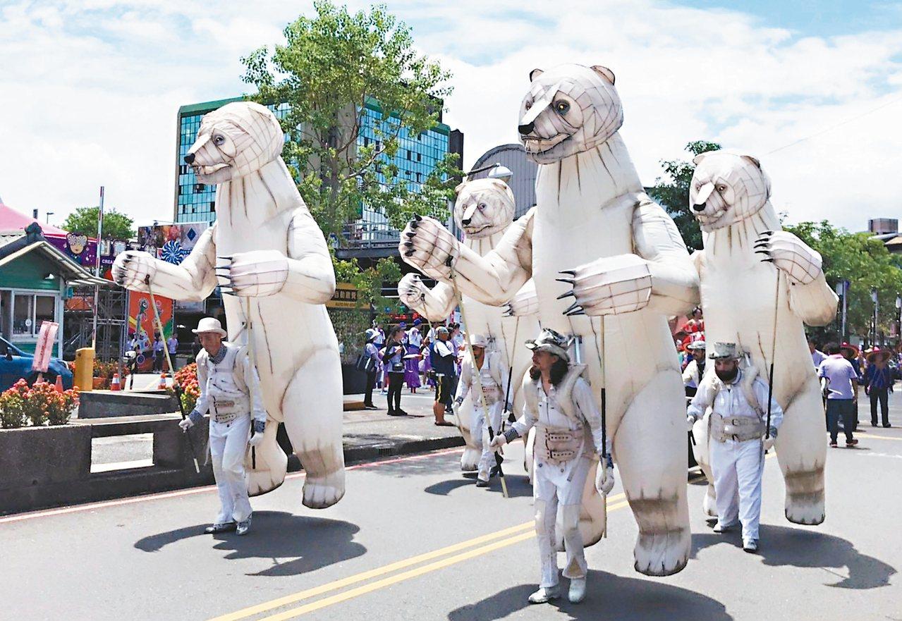 法國騷動公司白熊踩街。 圖/羅東鎮公所提供