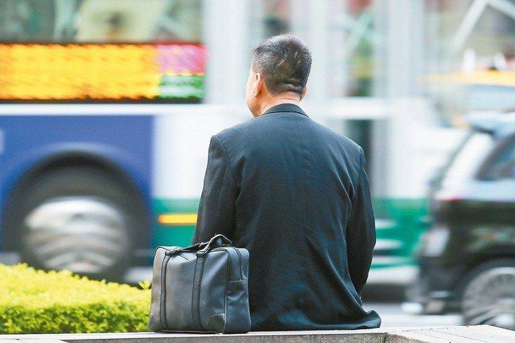 人力銀行調查職場爸爸工作現況,平均每週要加班兩天半,導致近4成職場爸爸覺得與子女...