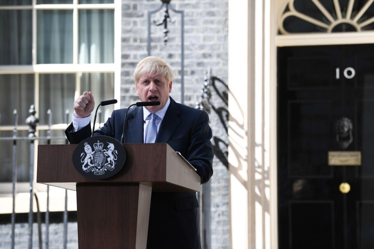 英國首相強生24日在唐寧街10號首相官邸前發表就任演說。 (法新社)