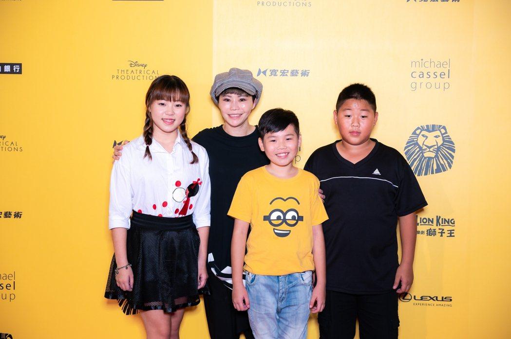 詹雅雯(左二)帶弱勢孩童朝聖。圖/寬宏提供