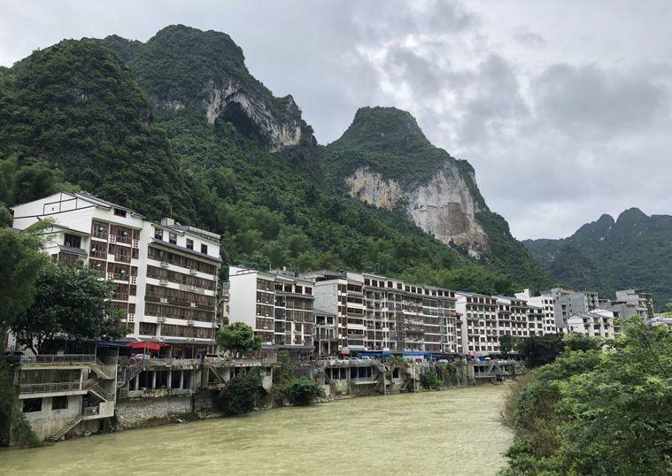 「百魔洞」附近的甲篆鎮平安村過去只是小村落,當地「盛產」百歲人瑞消息傳開後,觀光...