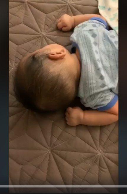 馬俊麟開直播,為證明老婆沒帶孩子離家出走還拍了孩子畫面給網友看。 圖/翻攝臉書