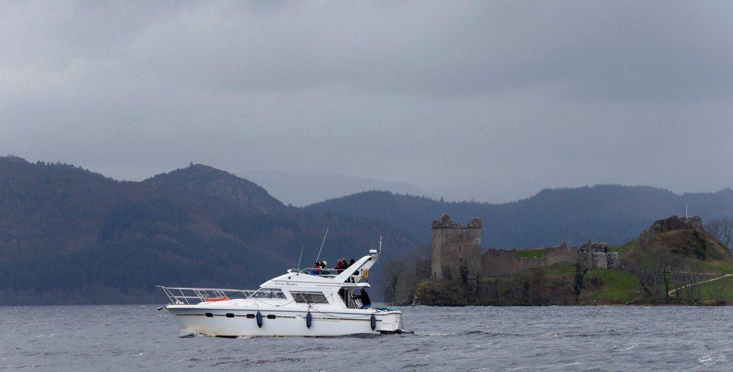 尼斯湖上的小船。當地救生人員擔心,如果大批群眾一起跳進冰冷的湖水中找水怪,一旦遇...