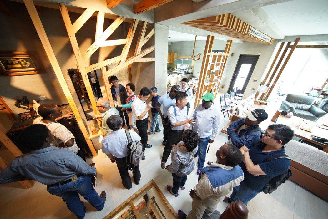 沅碁光電總經理鄭博文打造自家成為環保節能屋,常有親朋好友甚至機關團體來參訪。 圖...