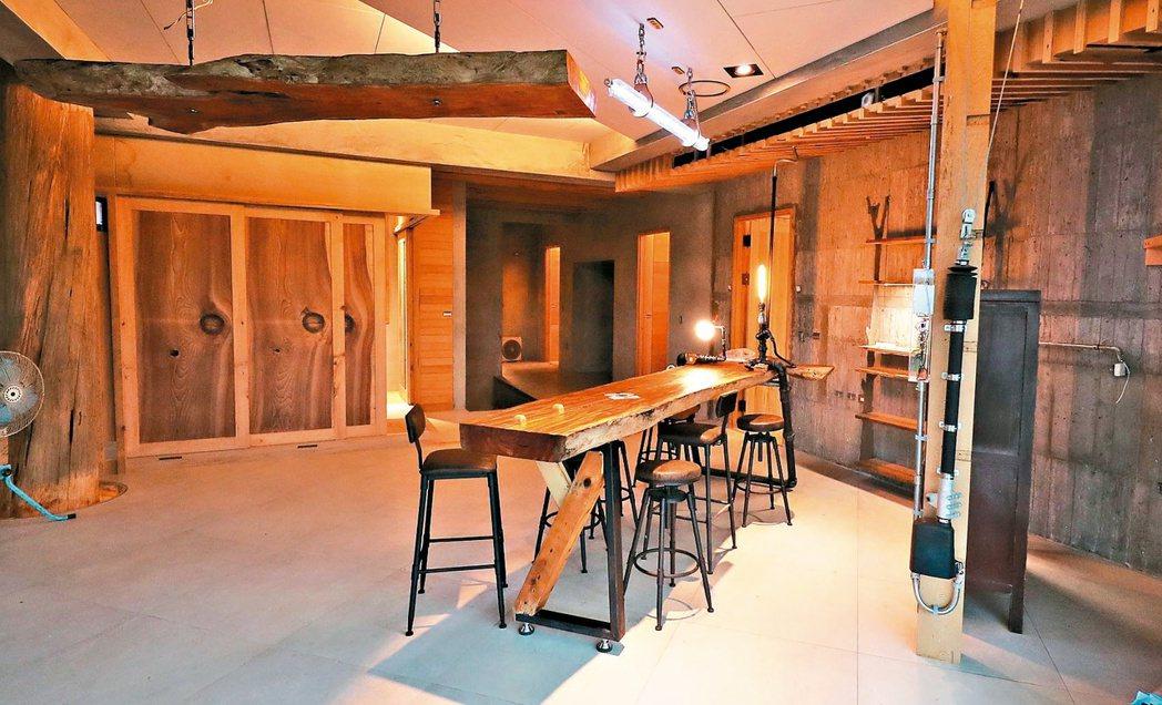 鄭博文的綠建築農舍,用太陽能板打造屋頂、外牆,室內九成木料來自舊屋回收,還有一座...