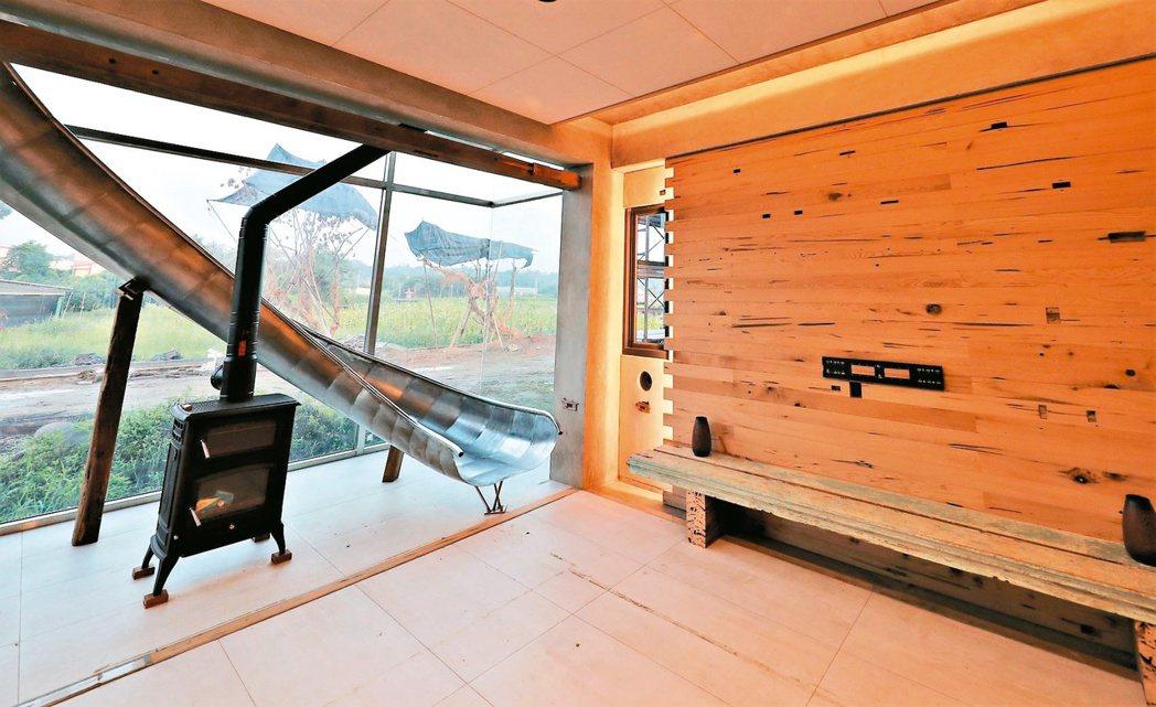 鄭博文的綠建築農舍,用太陽能板打造屋頂、外牆,室內九成木料來自舊屋回收。 報系資...