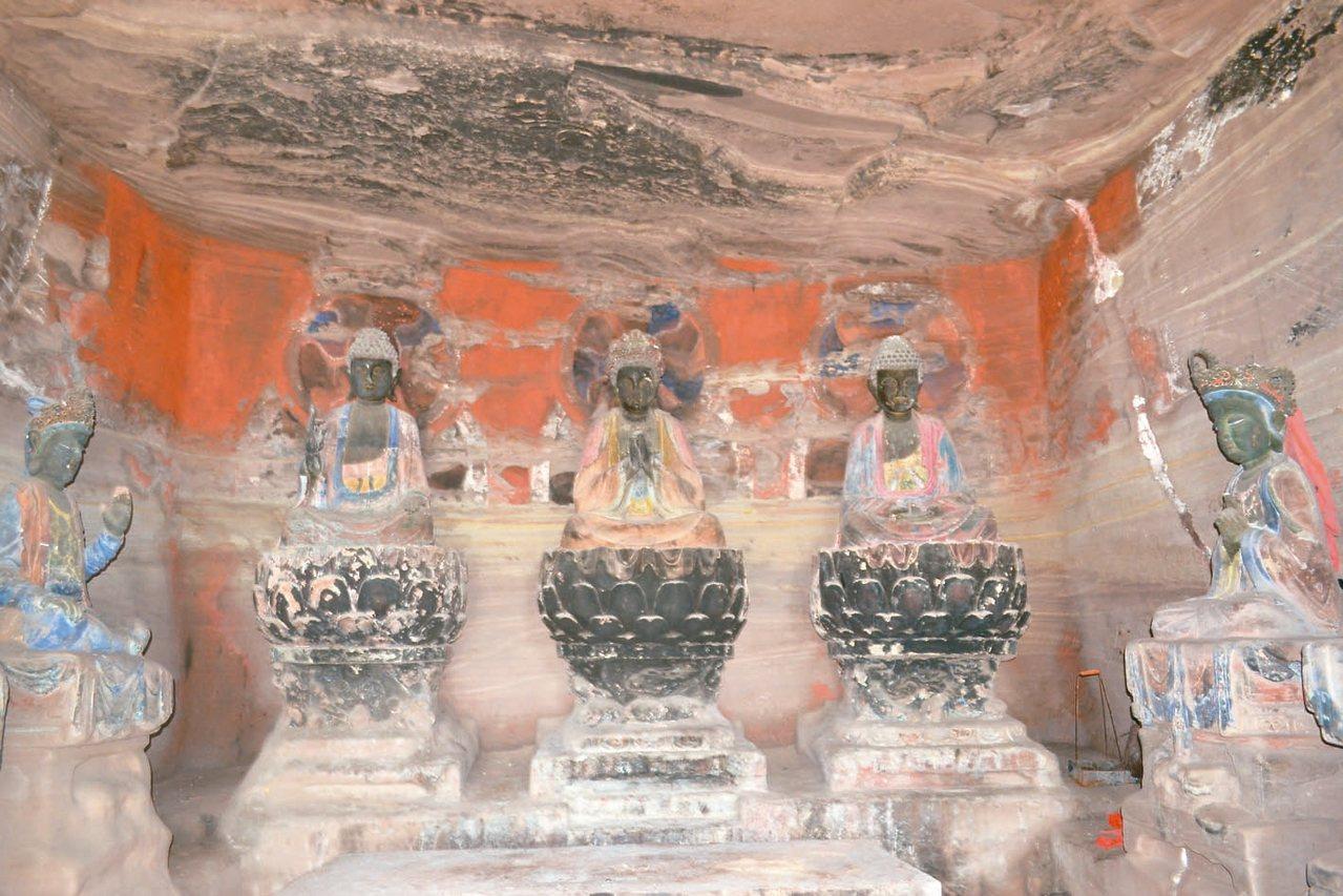 圓覺洞內的三身佛與圓覺菩薩。 特派員王玉燕/攝影