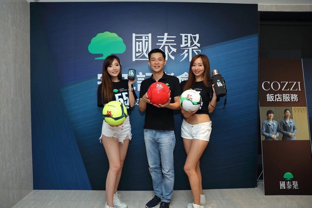 維多廣告總經理鍾榮和(中)宣布「國泰聚」本周日7月28日正式公開。 攝影/張世雅