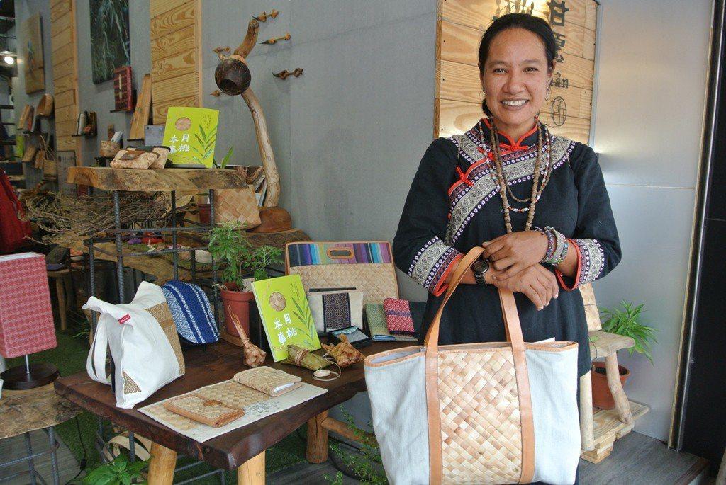 運用月桃編織技術,以部落傳統故事為發想主題,設計手工藝商品,藉此發展部落文創事業...