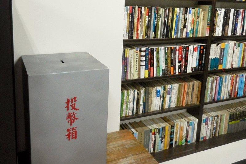 辛亥路「無人書店」的自助投幣箱。店內書籍主要有50元和100元兩種價格,特殊書籍另有訂價標示。 圖/作者自攝