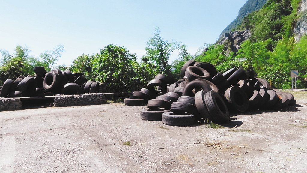 廢輪胎示意圖。 圖/警方提供