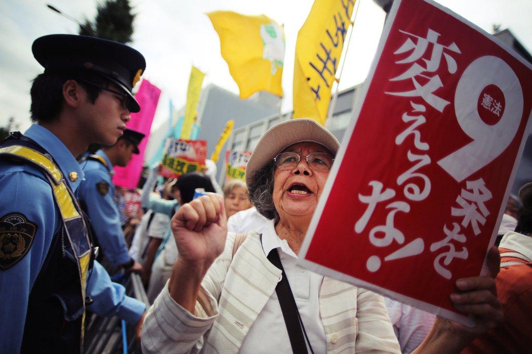 針對憲法第九條的修改爭議,也引發了反對方的抗議,要求不可改動憲九條、以維持和平、...