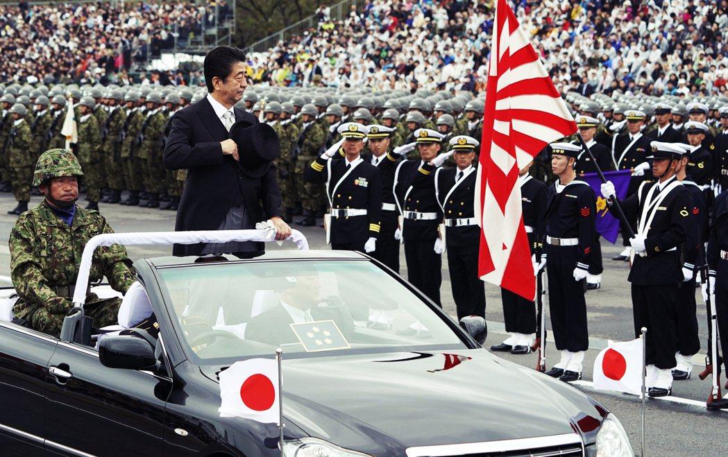 自民黨主張,武力的鬆綁與正當化,是讓日本擺脫戰後體制束縛,恢復為「正常國家」的必...