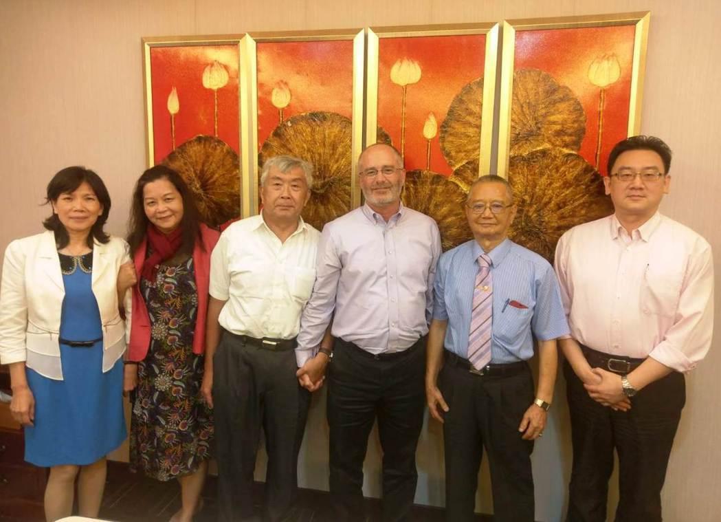 美商MOUSER副總裁Keith Privett(中)日前來訪常利興業總經理黃漢...