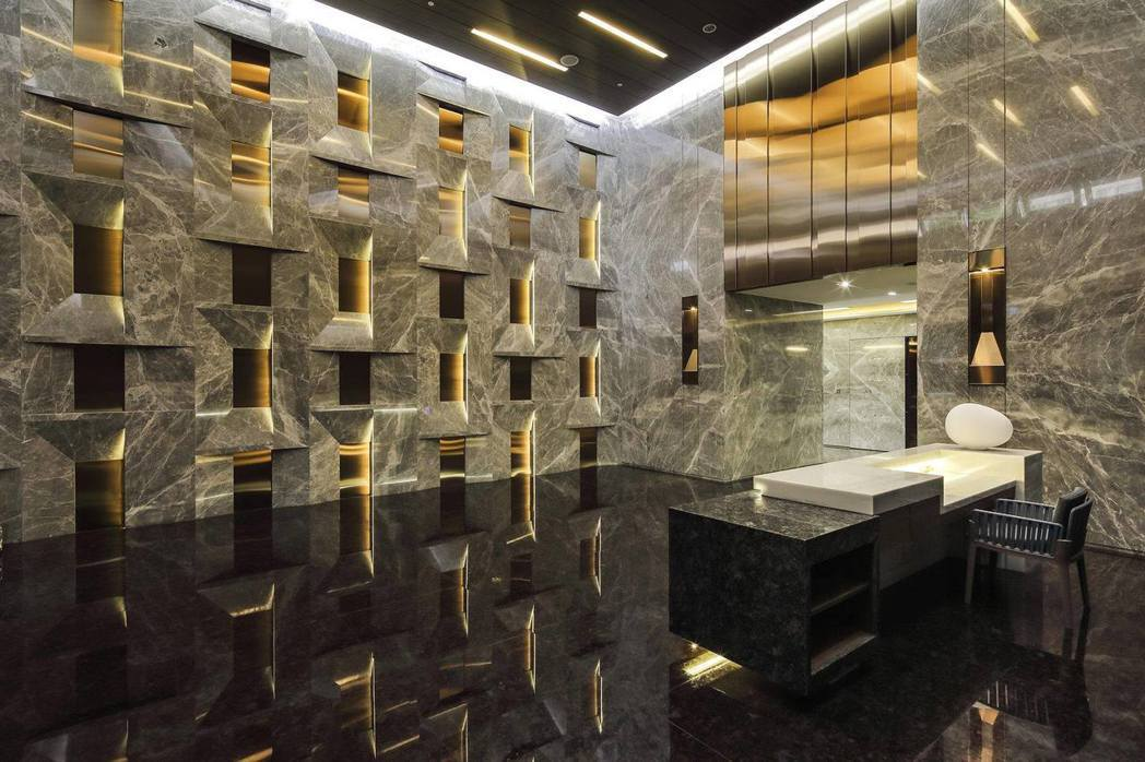 散發大地原石色澤、與金屬光芒的挑高時尚大廳。圖片提供/嵩豐建設