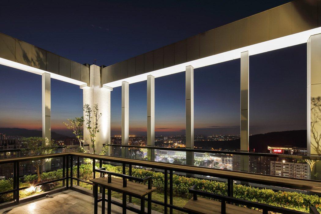 頂樓空中花園,靜賞星空銀河、北高雄璀璨夜景。圖片提供/嵩豐建設