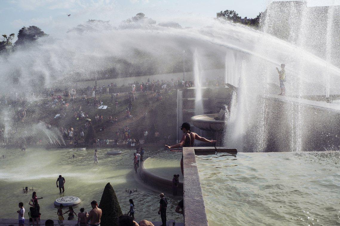 在歐洲各種熱傷害之外,最為致命的「氣候死因」,反而是民眾遇熱狂玩水,造成的「冷休...