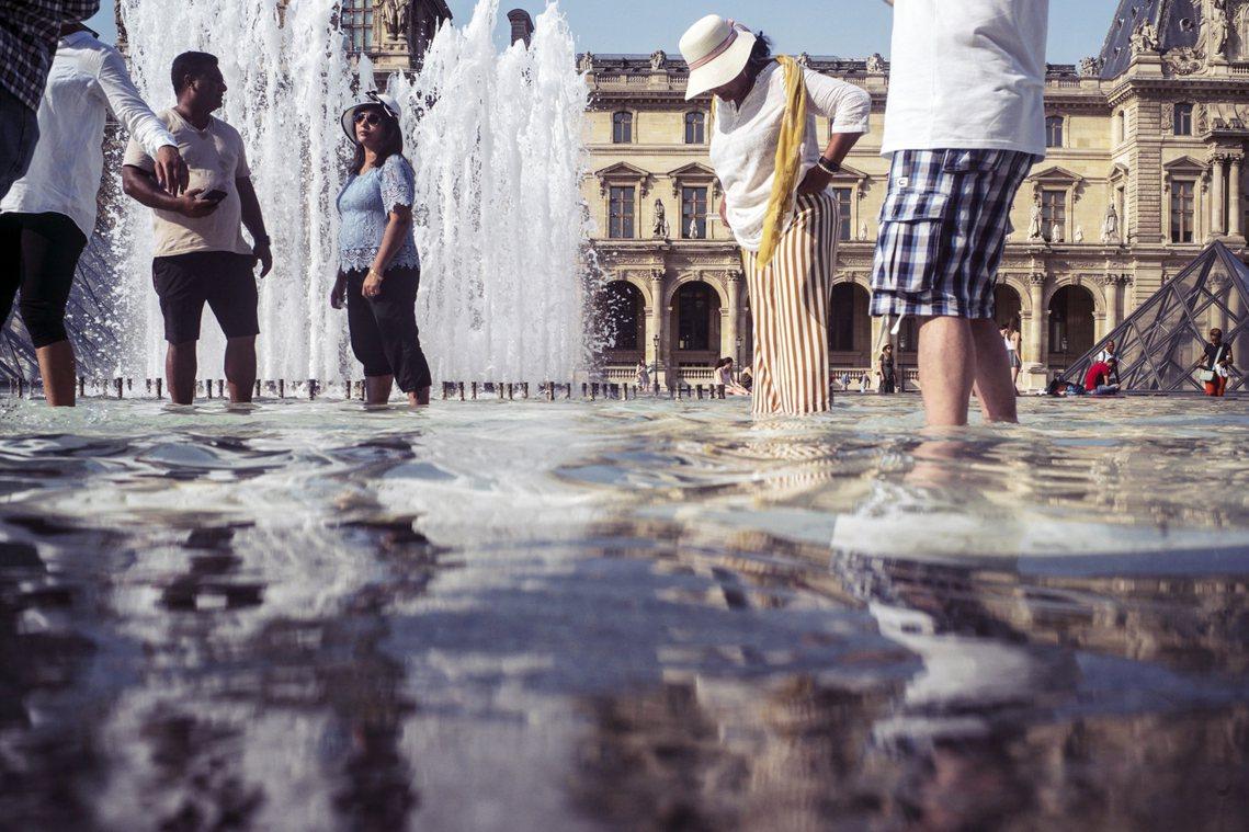 羅浮宮外踩水的民眾。 圖/美聯社