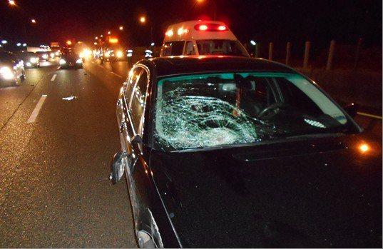 撞擊力道強,導致車輛右前方擋風玻璃碎裂。記者李京昇/翻攝